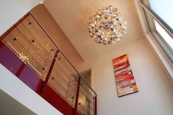 Die große Gaube mit Flachdach ermöglicht eine offene Galerie mit besonderem Raumgefühl. (Foto: Markus Burgdorf)