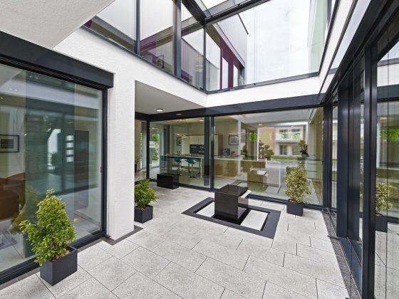 Das Atrium des Musterhauses Bad Vilbel schafft Privatsphäre - ideal für städtische Lagen (Foto: OKAL Haus)