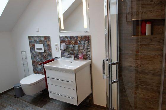 Im Haus gibt es drei Duschen - so wird es morgens nicht eng. Hier im Bild das Duschbad im Obergeschoss. (Foto: OKAL Haus GmbH / Markus Burgdorf)